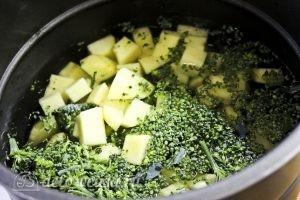 Крем-суп из брокколи: Варим картофель и капусту
