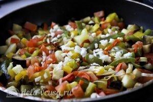 Курица с овощами в горшочках: Добавляем чеснок к овощам на сковороде