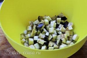 Курица с овощами в горшочках: Присыпаем баклажанные кубики солью