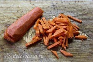 Курица с овощами в горшочках: Нарезаем морковь соломкой