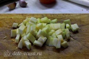 Курица с овощами в горшочках: Нарезаем кабачок кубиками