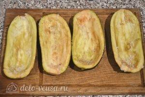 Баклажаны, фаршированные овощами: Делаем лодочки из баклажанов и присаливаем их