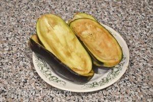 Баклажаны, фаршированные овощами: Смываем соль с баклажанов и обсушиваем их