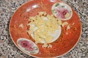 Баклажаны, фаршированные овощами: Измельчаем чеснок