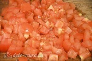 Баклажаны, фаршированные овощами: Нарезаем томаты кубиками