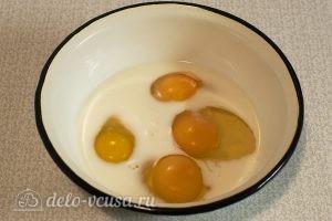 Омлет с грибами в духовке: Соединяем яйца, молоко, соль