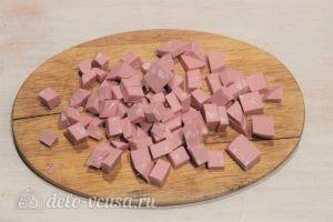 Омлет с колбасой на сковороде: Нарезать колбасу