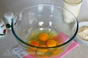 Омлет с овощами в духовке: Разбиваем яйца
