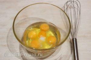 Омлет в микроволновке: Разбиваем в миску яйца и добавляем соль