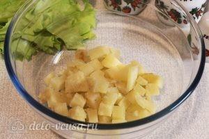 Овощной салат с грибами: Нарезаем запеченный картофель