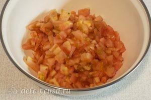Овощной салат с оливковым маслом: Очистить и нарезать помидоры