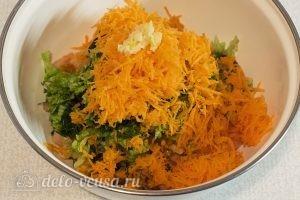 Овощной салат с оливковым маслом: Натереть морковь и чеснок