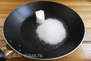 Фруктовый пирог: На сковороду выкладываем масло и сахар
