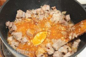 Подлива из свинины с томатной пастой: Добавляем смесь томатной пасты и приправ