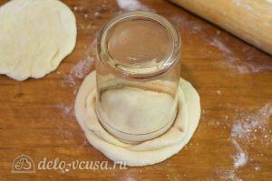 Пончики с вишней: Вырезаем пончик