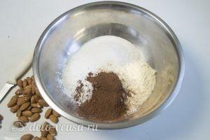 Шоколадный тарт: Смешиваем муку, сахар и какао