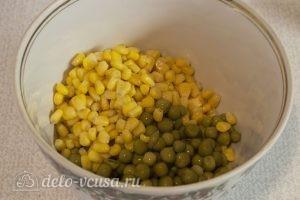 Салат из красной капусты с майонезом: Выкладываем кукурузу и горошек
