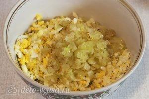 Салат из красной капусты с майонезом: Добавляем лук