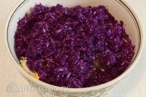 Салат из красной капусты с майонезом: Добавляем капусту