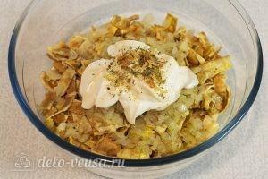 Салат с говядиной и яйцом: Добавляем соль и универсальную приправу