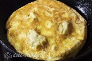 Салат с говядиной и яйцом: Обжариваем яйцо на сковороде с обеих сторон
