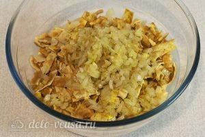 Салат с говядиной и яйцом: Пассеруем лук и добавляем в салат