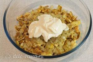 Салат с говядиной и яйцом: Заправляем салат майонезом