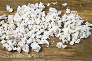 Куриный салат с маринованным луком: Отварить и измельчить курицу