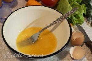 Салат с яичными блинами: Взбить яйцо