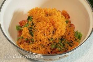Салат с яичными блинами: Натереть морковь