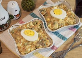 Салат с жареными грибами и яйцами