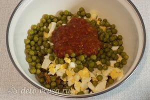 Салат с жареными грибами и яйцами: Добавить соус