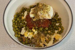 Салат с жареными грибами и яйцами: Заправить сметаной, солью и приправой