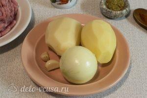 Котлеты из фарша индейки: Чистим лук, чеснок и картофель