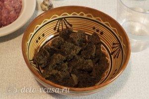 Сочные мясные котлеты: Заливаем хлеб водой