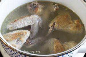 Суп из куриных крылышек: Выкладываем крылышки в воду на огне