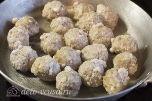 Суп с фрикадельками и картошкой: Кладем фрикадельки на сковороду