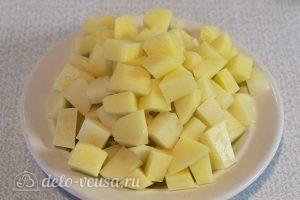 Суп с фрикадельками и картошкой: Режем картофель