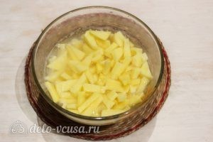 Суп с лапшой: Чистим и нарезаем картофель