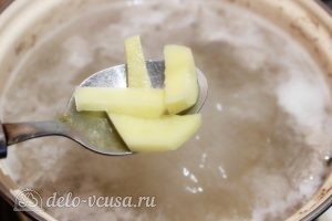 Суп с лапшой: Добавляем картофель в бульон