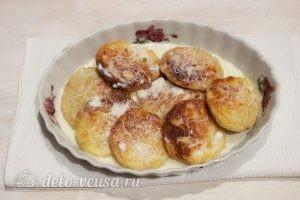 Сырники со сметаной в духовке: Полить сметаной