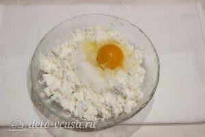 Сырники со сметаной в духовке: Добавить яйцо