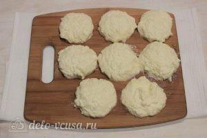 Сырники со сметаной в духовке: Вылепить круги