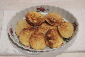 Сырники со сметаной в духовке: Уложить в посуду