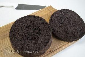 Торт Пьяная вишня: Срезать верх бисквита