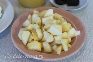 Десерт из яблок и творога: Режем яблоки
