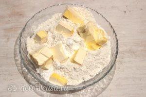 Творожный пирог со смородиной: Смешиваем муку, разрыхлитель и маргарин