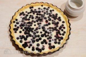 Творожный пирог со смородиной: Посыпаем ягоды сахаром