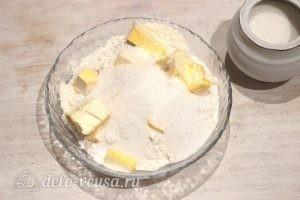 Творожный пирог со смородиной: Добавляем сахар