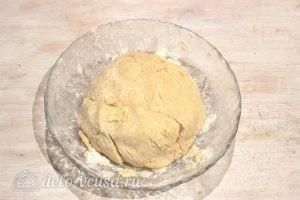 Творожный пирог со смородиной: Формируем шар из теста